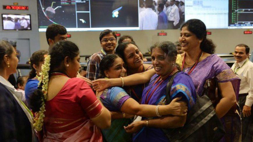 Các nhà khoa học nữ của Tổ chức Nghiên cứu Vũ trụ Ấn Độ ISRO ăn mừng khi tên lửa tiến vàovùng sức hút của Sao Hỏa.